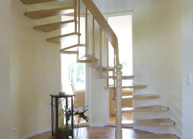 Einbauschränke, Geländer und Treppen sind oft Unikate und erfordern sorgfältige Planung. Jedes Detail zählt und beeinflusst den persönlichen Charakter.